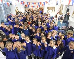 Foto di scolaresche che salutano